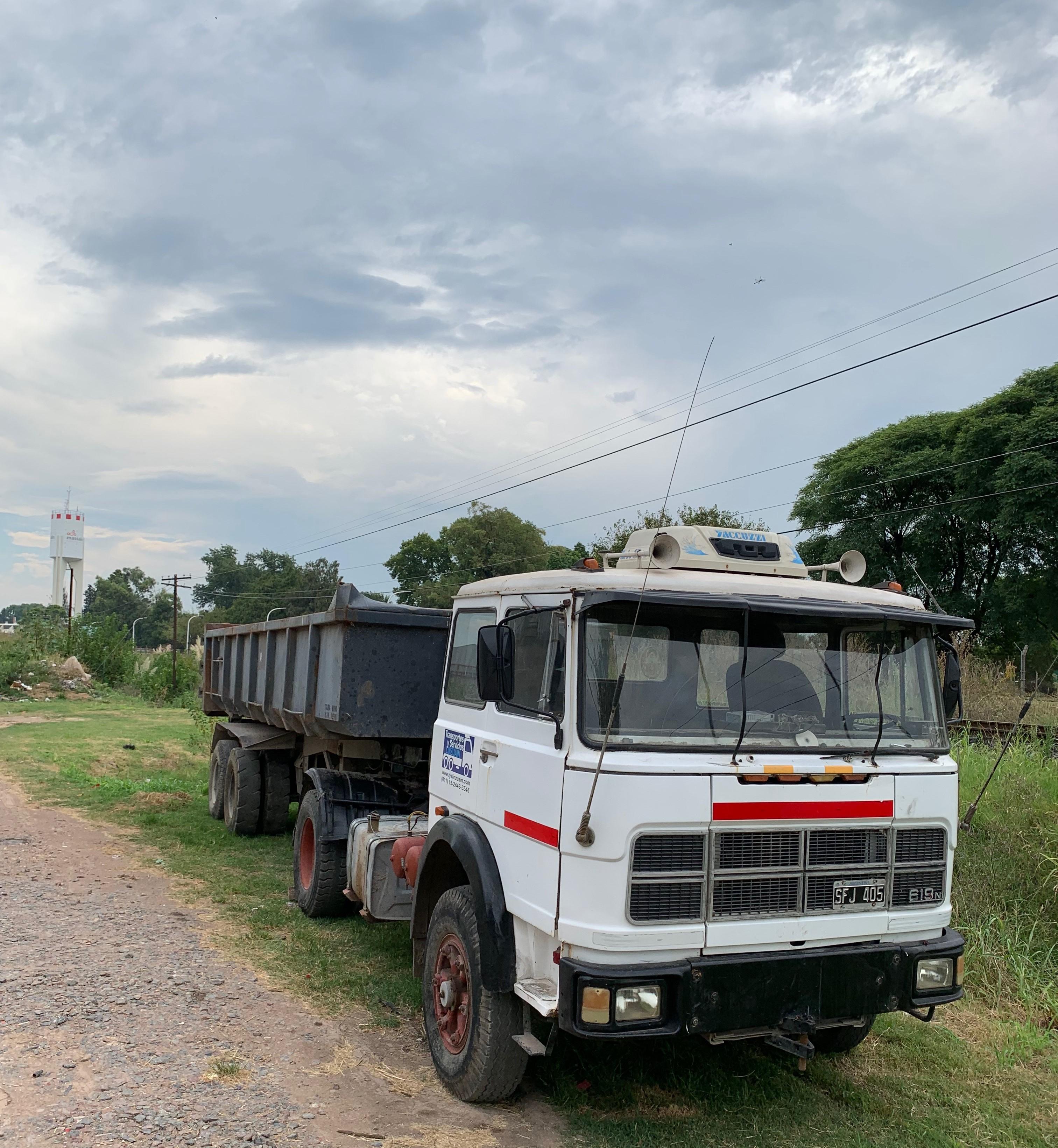 Camion tractor con batea volcadora / Equipo completo